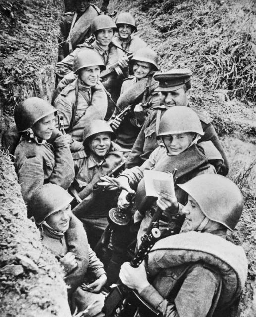 Бойцы 49-й армии читают в окопе поэму «Василий Теркин» Александра Твардовского. 2-й Белорусский фронт.