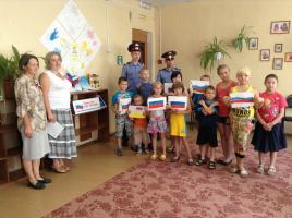Н.А.Сивова и О.В.Чугунова с детьми в социальном центре